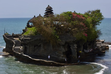 The next morning, the world looks happy again - Tanah Lot temple