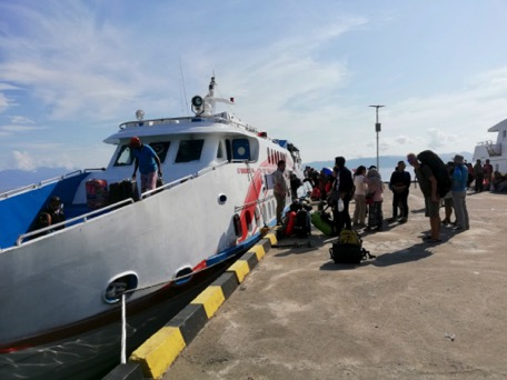 with the quick ferry we go to Pulau Banda Neira