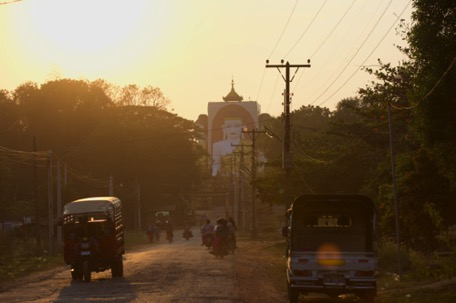 Strett in Bago at dusk