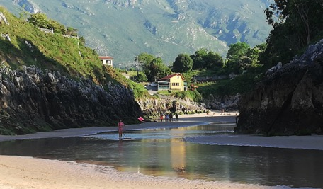 Playa de Guadamia at low tide - the river is cleary visible ...
